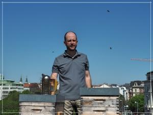 schlawiener Roland am Dach des Wiener Volkstheaters